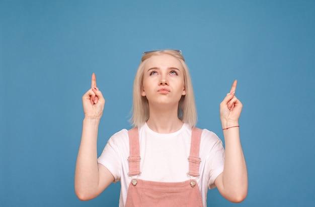Meisje kijkt wantrouwend op en toont haar vingers