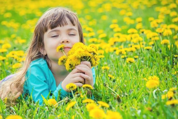 Meisje, kind, bloemen in de lente speelt.