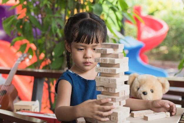 Meisje kind jenga-spellen spelen