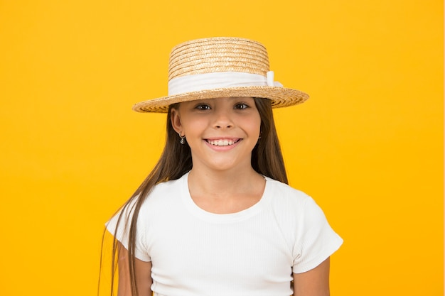 Meisje klein kind dragen hoed zomervakantie, mode collectie concept.