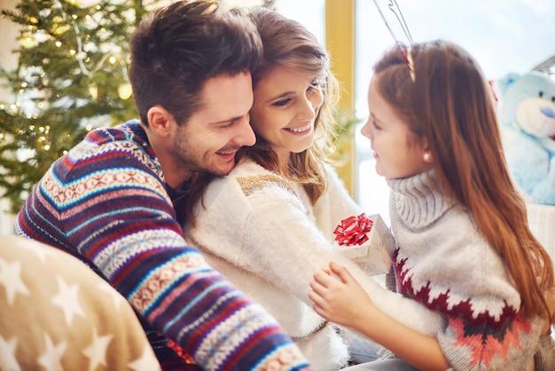 Meisje kleine gift overhandigen aan ouders