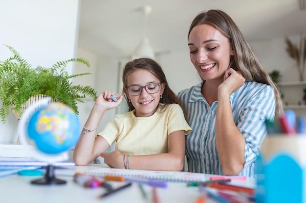 Meisje kleurplaat in album tijdens thuisblijven met moeder, breedbeeld. generatie en gelukkig familieconcept