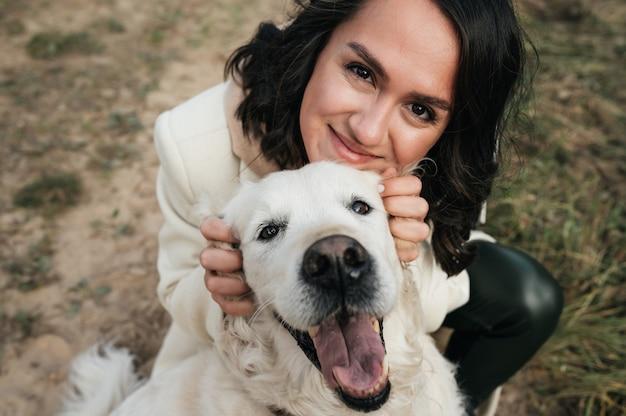 Meisje knuffelen een golden retriever-hond in het veld