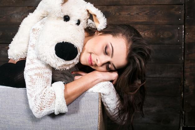 Meisje knuffelen een schattige hond speelgoed.