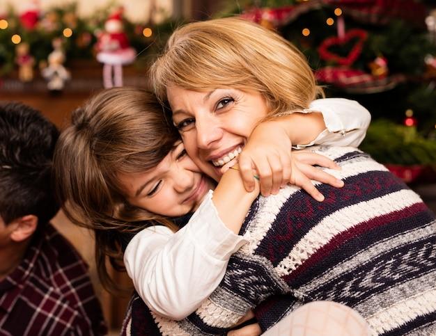 Meisje knuffelen haar moeder