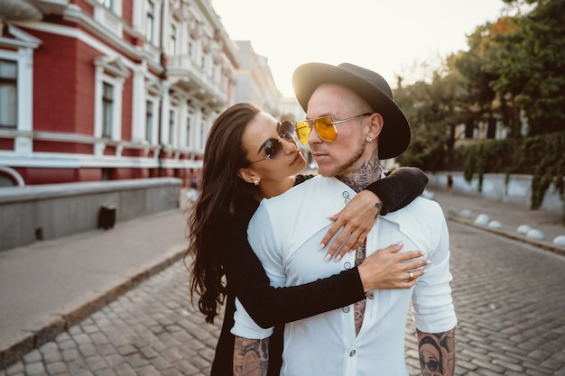 Meisje knuffelen haar vriendje op straat