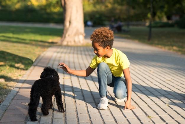Meisje knuffelen hond in de straat.