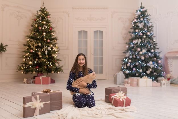 Meisje knuffelen kat kreeg ze als cadeau voor kerstmis