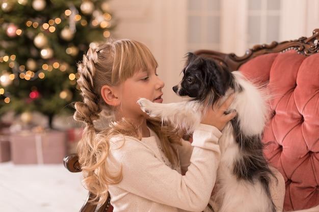 Meisje knuffelende hond kreeg ze als cadeau voor kerstmis