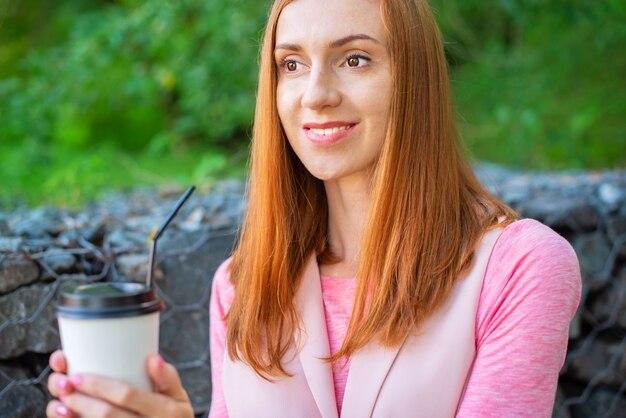 Meisje koffie drinken buitenshuis