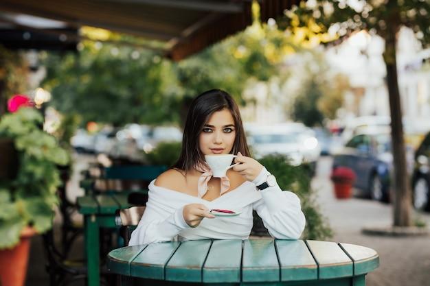 Meisje koffie drinken en glimlachen