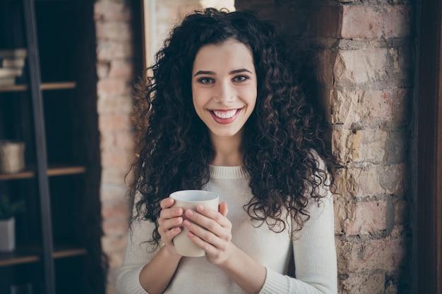 Meisje koffie drinken in moderne loft industriële baksteen stijl interieur kamer