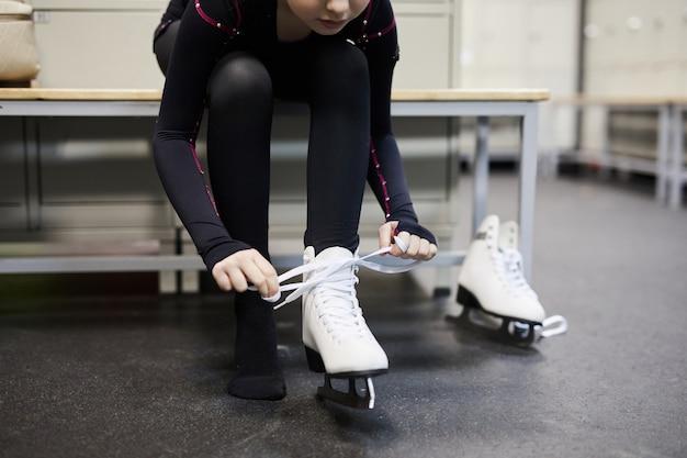 Meisje koppelverkoop schaatsen