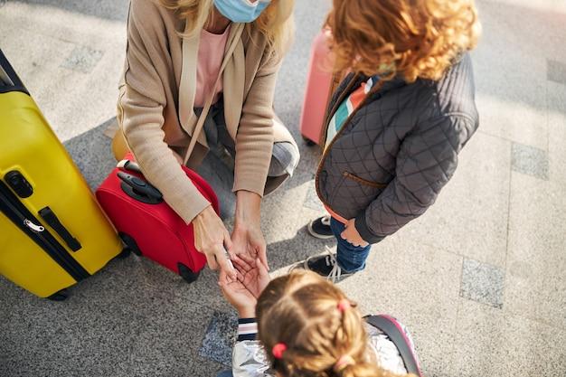 Meisje krijgt een antiseptische spray op haar handen