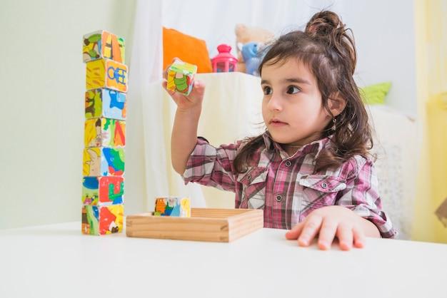 Meisje kubussen te spelen