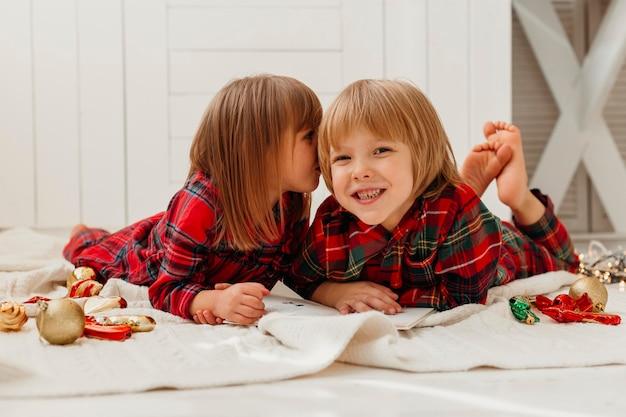 Meisje kuste haar broer op de wang