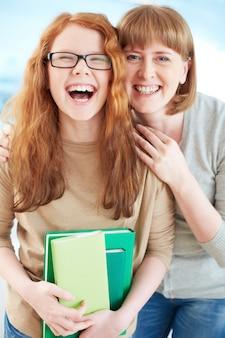 Meisje lachen met haar moeder