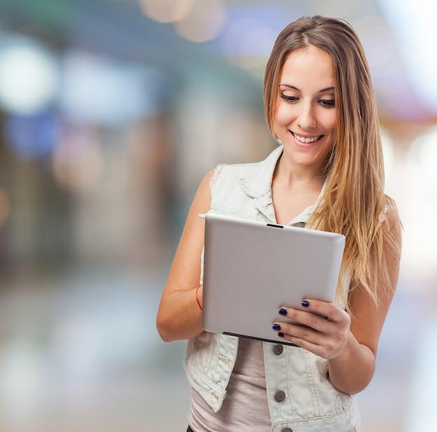 Meisje lachend met een tablet