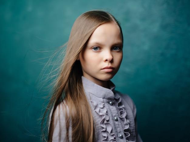Meisje lang haar in jurk poseren geïsoleerde achtergrond
