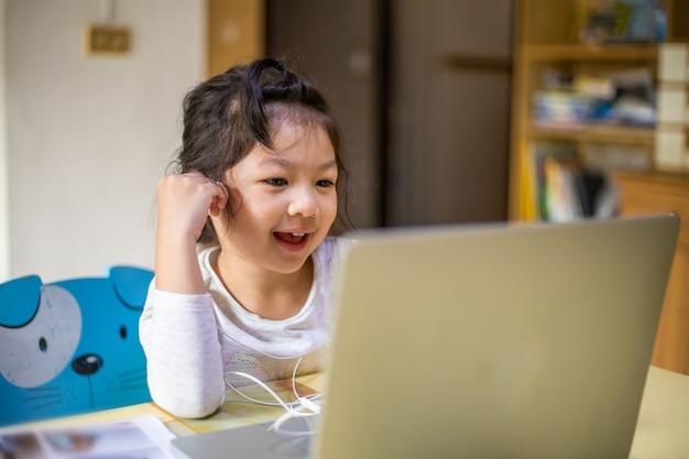 Meisje leert en studeert online videogesprek met leraar