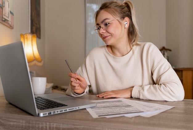 Meisje leert engels online op haar laptop