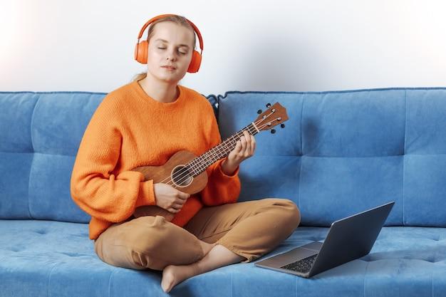 Meisje leert op afstand ukelele spelen