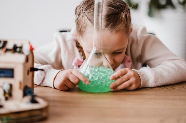 Meisje leert over chemische elementen in de klas