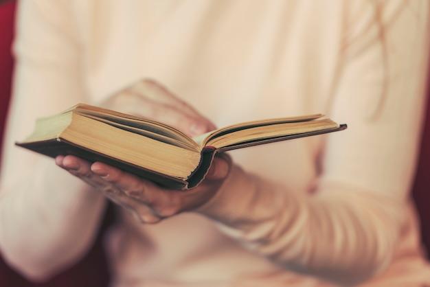 Meisje leesboek, vrouw met open boek