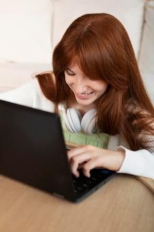 Meisje leren met laptop close-up