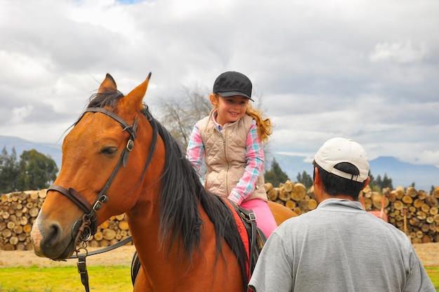 Meisje leren paardrijden. manege in ecuador