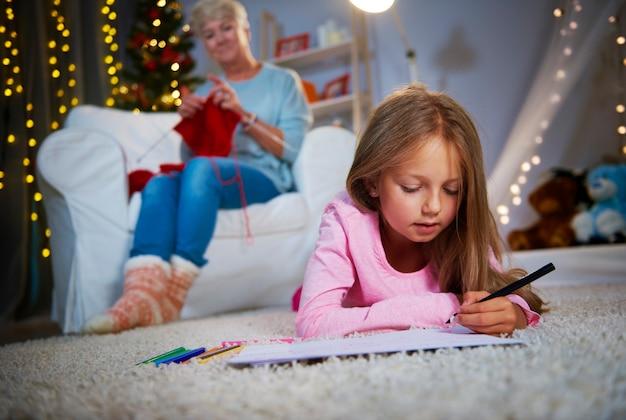 Meisje liggend op de voorkant en tekenen