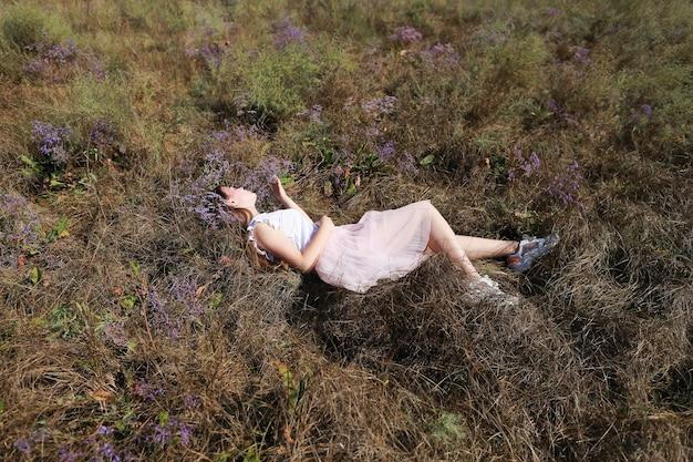 Meisje liggend op een weiland in het gras