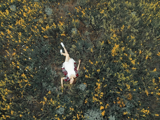 Meisje ligt in een veld met bloemen