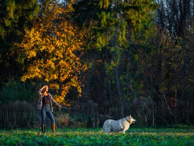 Meisje loopt met husky