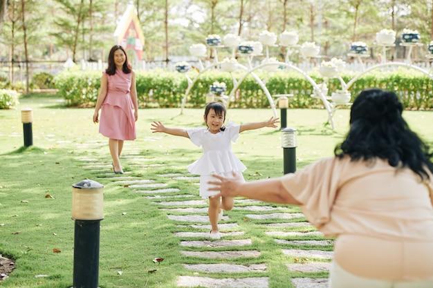 Meisje loopt naar grootmoeder