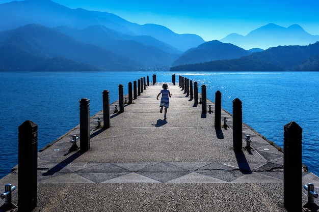 Meisje loopt op traject in sun moon lake, taiwan.