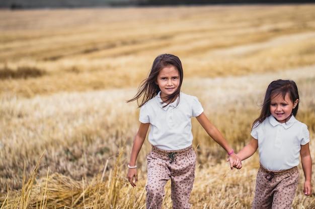Meisje loopt over het zonnige veld.