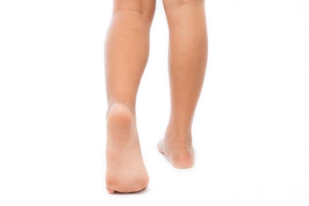 Meisje lopen op zijn tenen geïsoleerd op wit