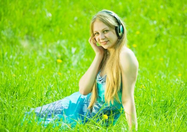 Meisje luisteren muziek in de koptelefoon