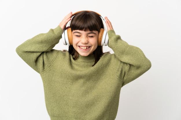 Meisje luisteren muziek met een gsm geïsoleerd op een witte achtergrond muziek luisteren
