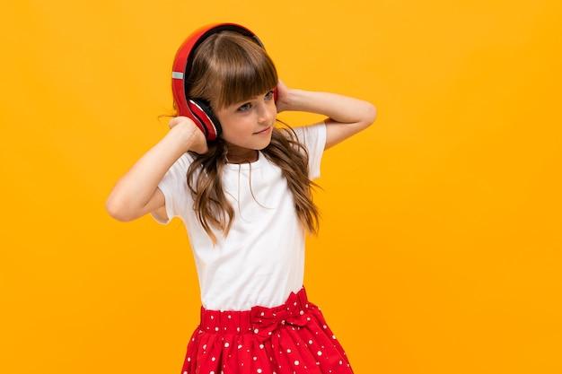 Meisje luistert graag naar muziek op de koptelefoon