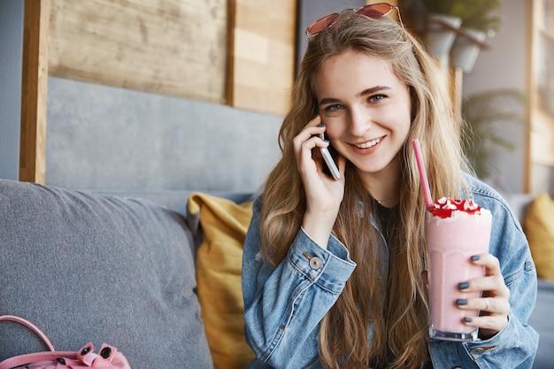 Meisje luistert met een geïntrigeerd en vreugdevol uitdrukkingsverhaal van frie