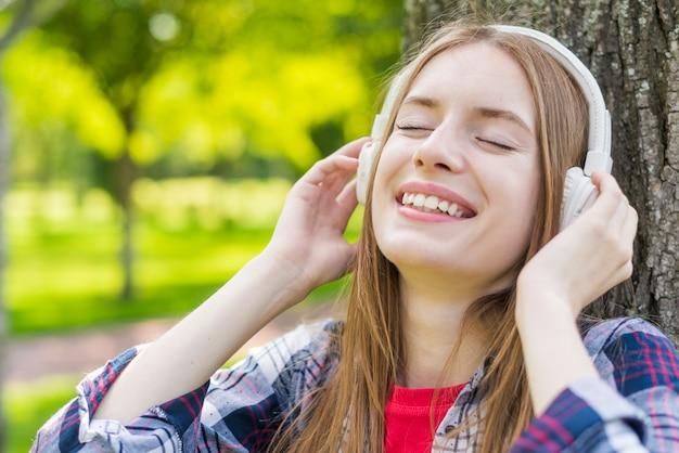 Meisje luistert naar haar favoriete muziek