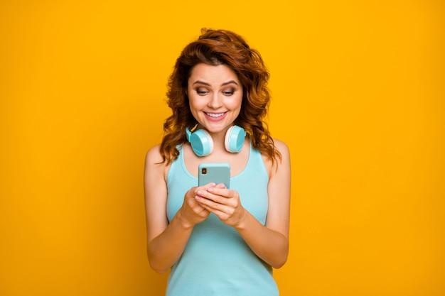 Meisje luistert naar muziek op hoofdtelefoon en met behulp van telefoon