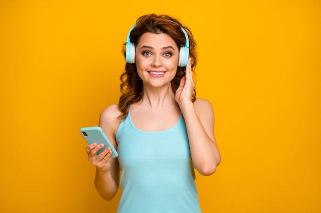Meisje luistert naar muziek op hoofdtelefoon