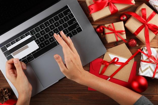 Meisje maakt kerstinkopen online kerstinkopen