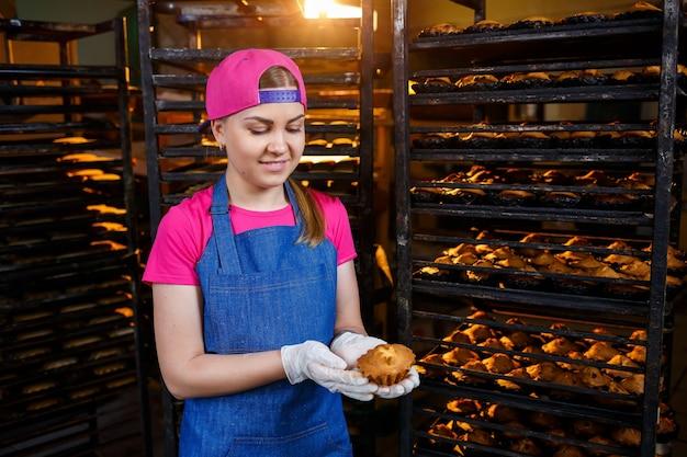 Meisje maakt koekjes klaar, in een kleine bakkerij, familiebedrijf, authentiek, hobby, humeur, comfortabel. zorgzaam en liefde