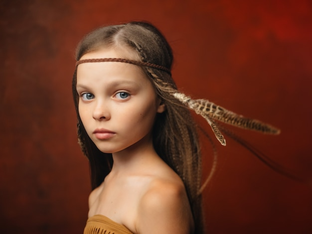Meisje met apache kapsel amerikaanse etniciteit rode achtergrond
