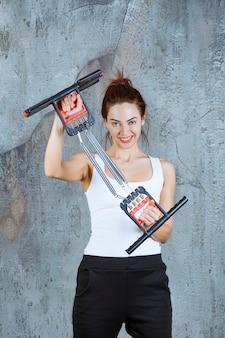 Meisje met arm en schouder spier brancard voor bodybuilding.