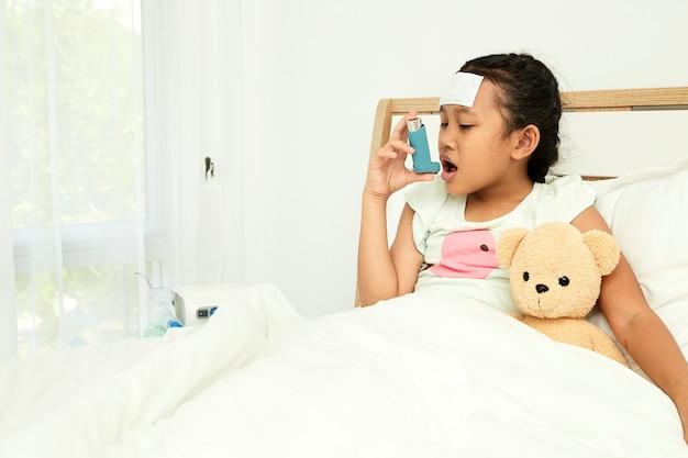 Meisje met astma-inhalator